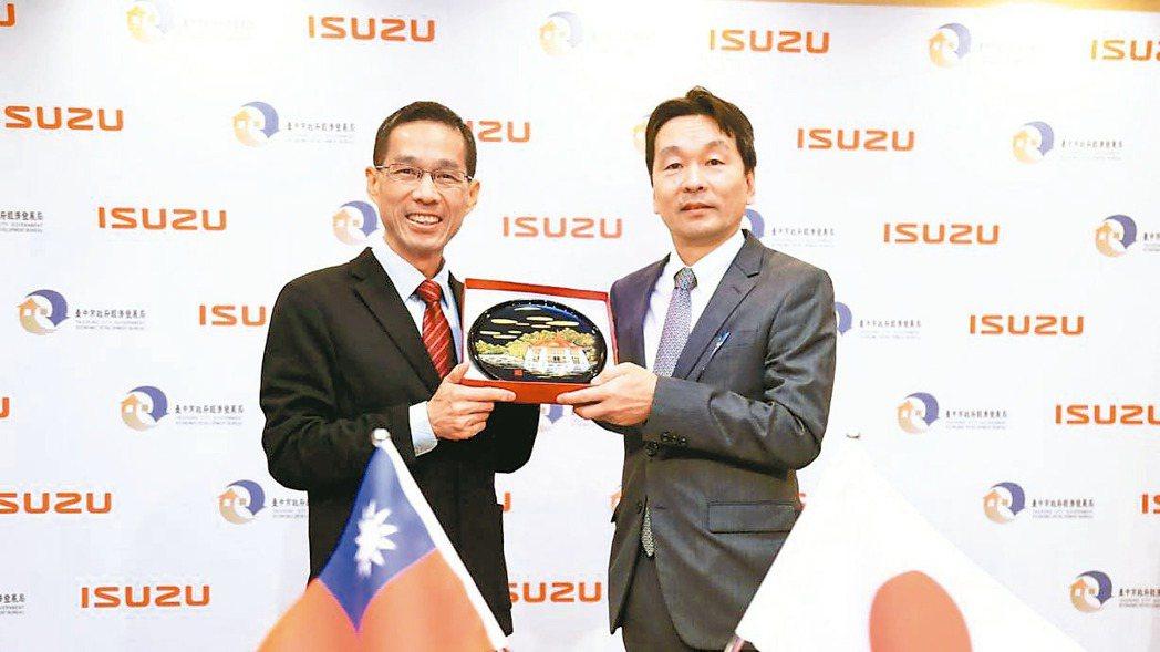 ISUZU海外營業第三部部長合田和生(右)與台中市府經發局長張峯源(左)簽署投資...