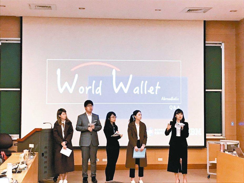政大學生設計一套線上換匯工具「World Wallet」,解決留學生金融問題。 記者潘乃欣/攝影