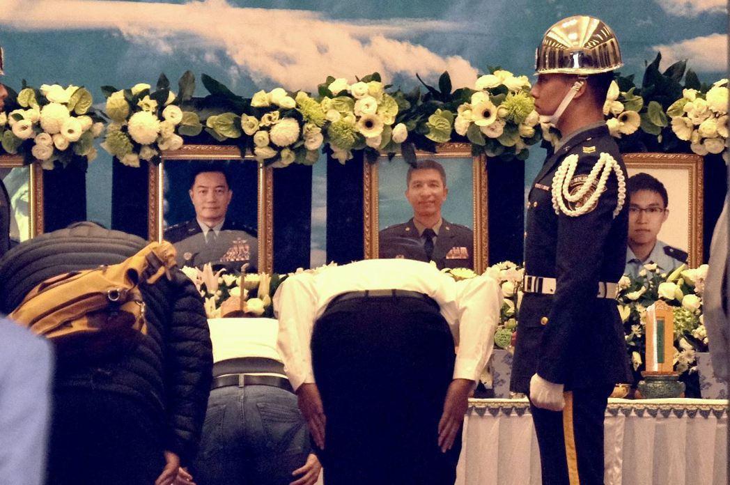 1月2日上午,933黑鷹直升機發生失事意外,造成包括參謀總長沈一鳴上將在內8名軍士官罹難。 圖/法新社