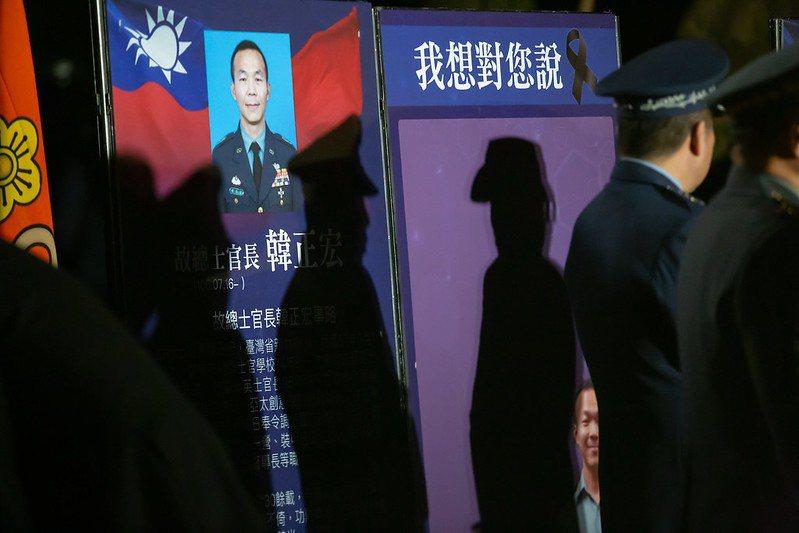 政府和國軍能回報和慰問罹難者的,是儘速查明933黑鷹機失事原因並對外公布。 圖/取自總統府 Flickr