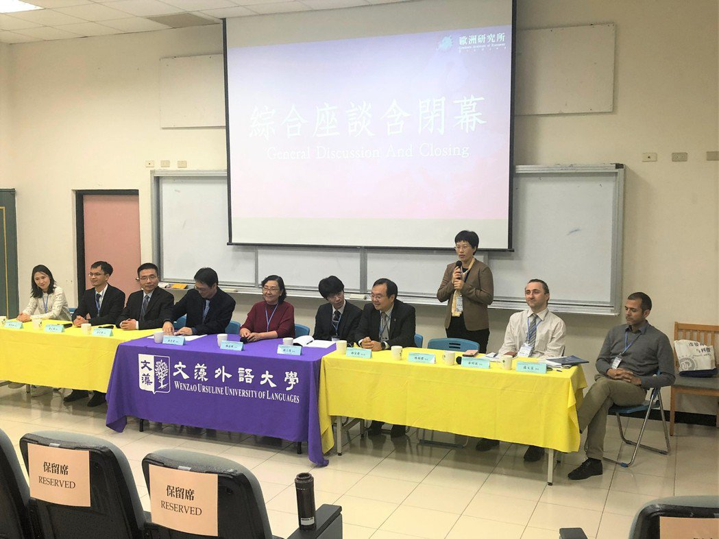 與會學者於綜合座談中與現場師生進行交流討論。 文藻外大/提供。