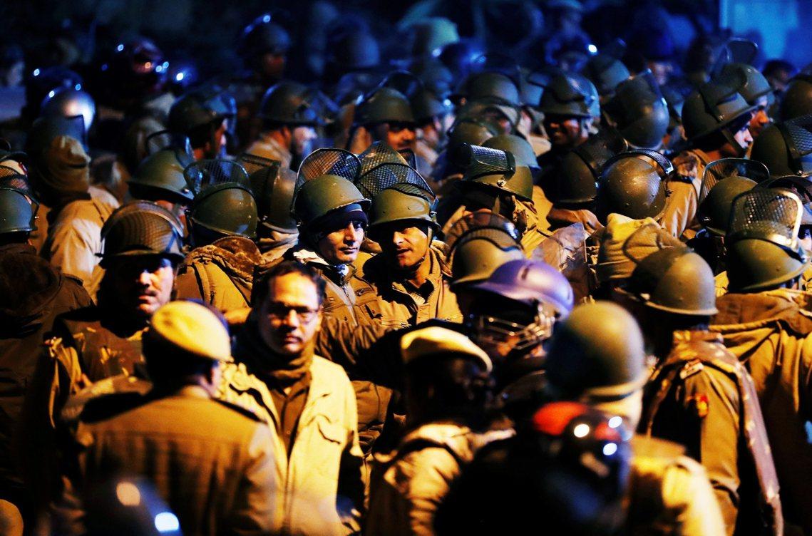 警察在衝突後仍留在校園內。 圖/路透社