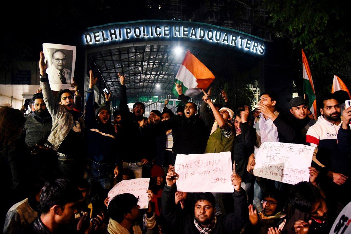學生在警察總局外抗議,並聲援國立伊斯蘭大學(JMI),以及JNU。 圖/法新社