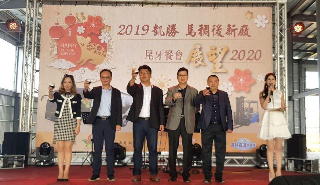 凱勝綠能董事長陳怡仁(左三)與相關合作夥伴們,於5日在該公司即將竣工的馬稠後電動...