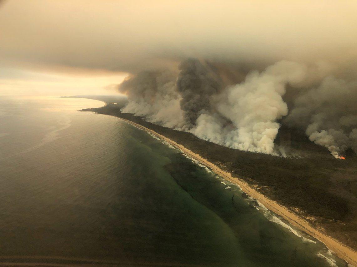4日,維多利亞東北沿海,東吉普蘭斯郡的火場海岸。 圖/路透社