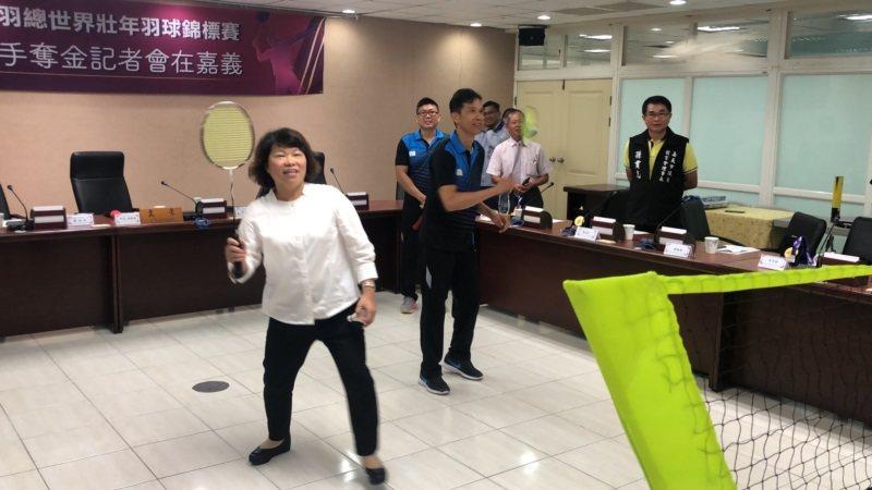 嘉義大學體育與休閒學系教授吳昶潤(右)與嘉義市長黃敏惠(左)在市府會議室打羽球,...