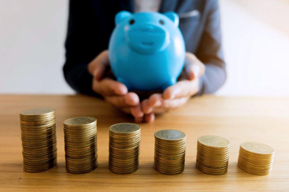一名女網友PO文表示,自己每月大概可以存一萬元左右,雖然沒有打算要買房,但是自己一直覺得不太夠,讓她好奇詢問網友「一個月要存多少錢才算及格?」示意圖/ingimage