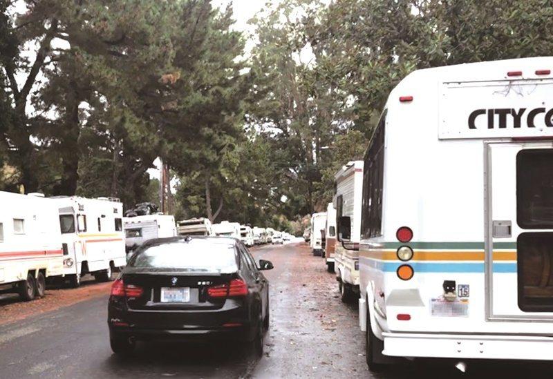 停滿露營車的這條街,距離坐落山景城的Google總部不遠。