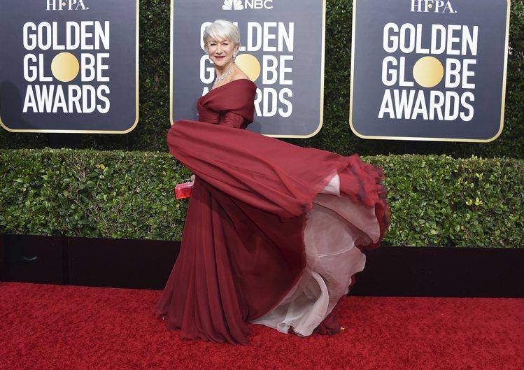 影后海倫米蘭選穿了DIOR胭脂紅晚宴裝出席,前胸V型線條剪裁,搭配她銀白髮色和鑽...