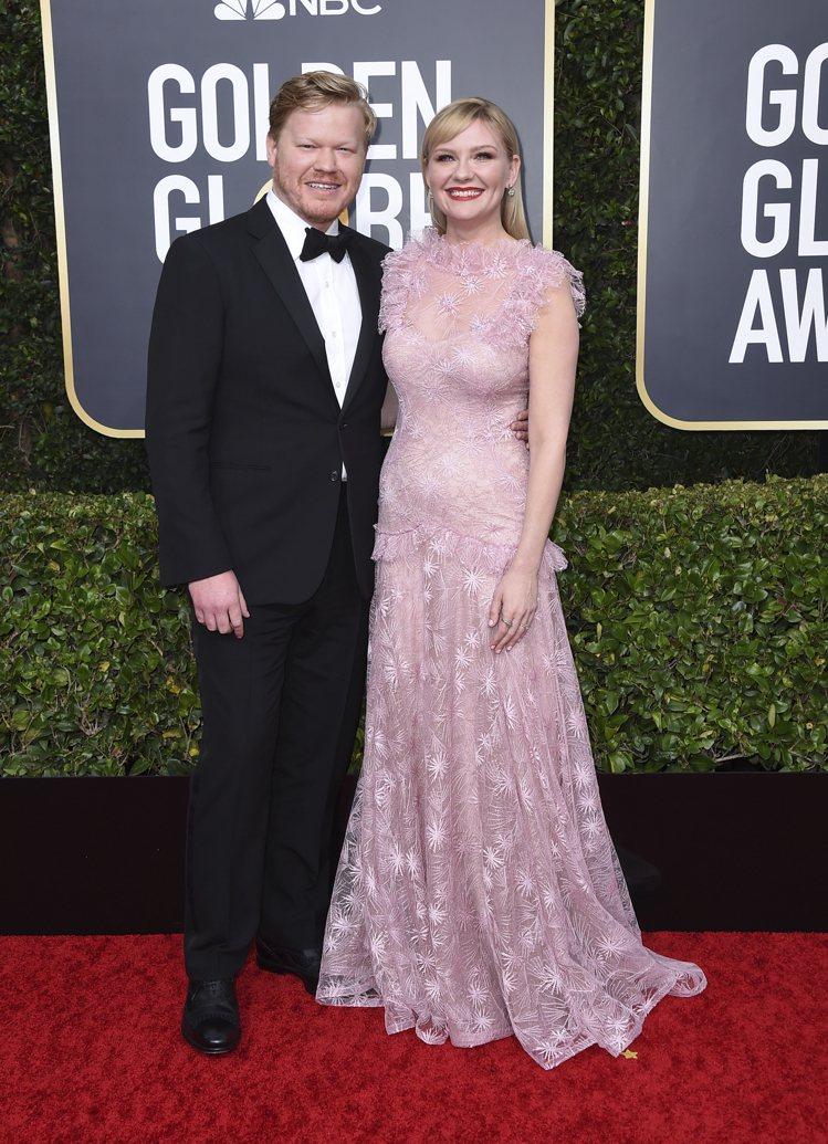 「蜘蛛女」克莉絲汀鄧斯特(右)的粉色Rodarte貼身禮服,以半透明的材質製成,...