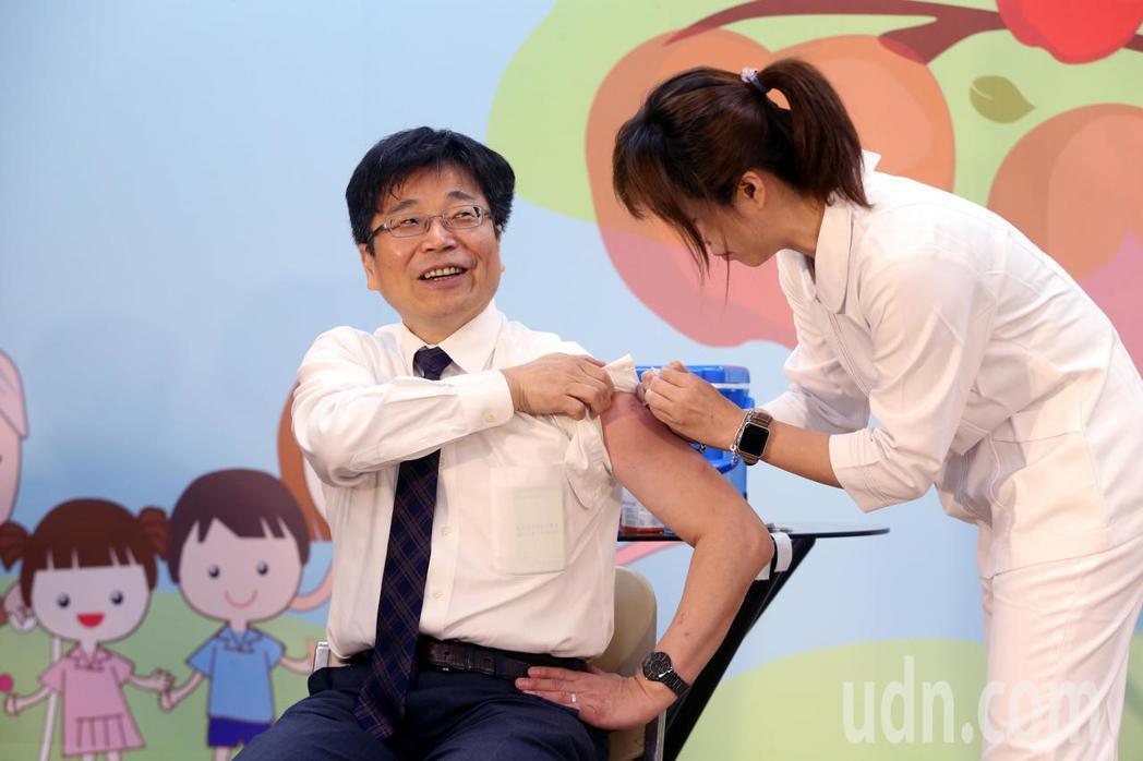 公費流感疫苗第三階段開放接種,衛福部疾管署署長周志浩到現場接種流感疫苗。記者邱德...