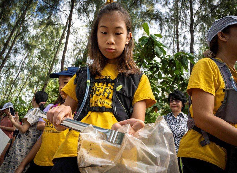 小名莉莉的12歲泰國女孩,因為呼籲當局和零售商重視一次性塑膠袋造成的汙染問題,獲泰國版版童貝里的美稱。法新社