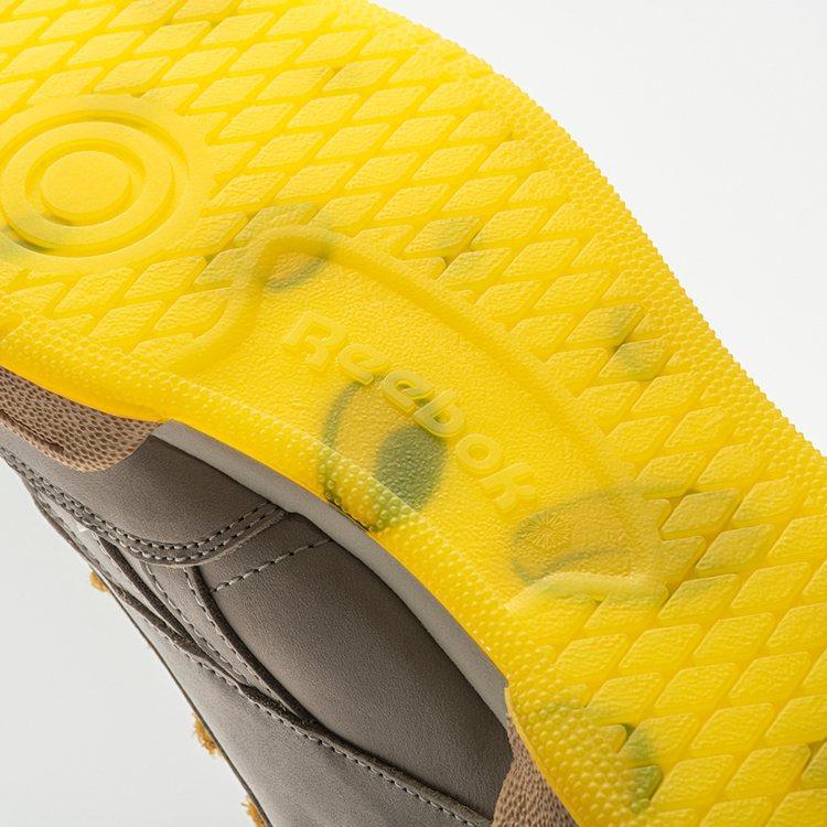 連鞋底都能看到Tom and Jerry的元素。圖/摘自sneakernews