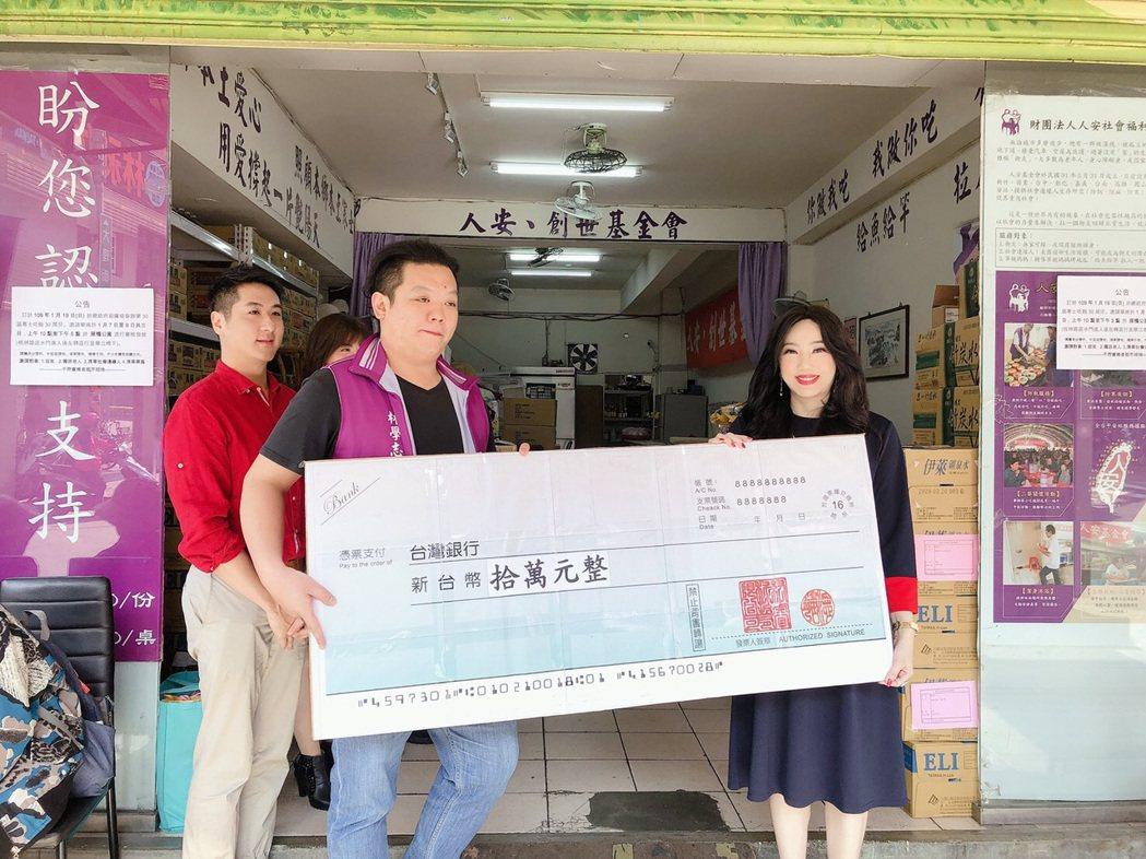 沈嶸捐出十萬元。圖/人安基金會提供