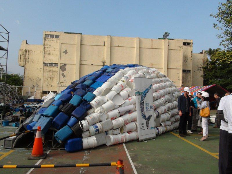 愛之鯨的外觀是用各式廢棄物組合而成。記者謝梅芬/攝影