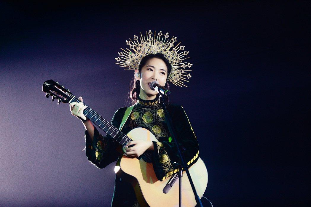 王若琳在「愛的呼喚」巡演自彈自唱。圖/索尼提供