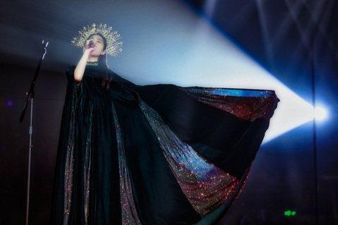 王若琳上周末在上海展開「愛的呼喚」巡演,初次挑戰四面台,她興奮表示如此一來,自己能更融入音樂當中,演出也能更加生動。在節目尾聲,演唱到最後一首歌「If I Had Words」時,感觸滿滿的她當場淚...