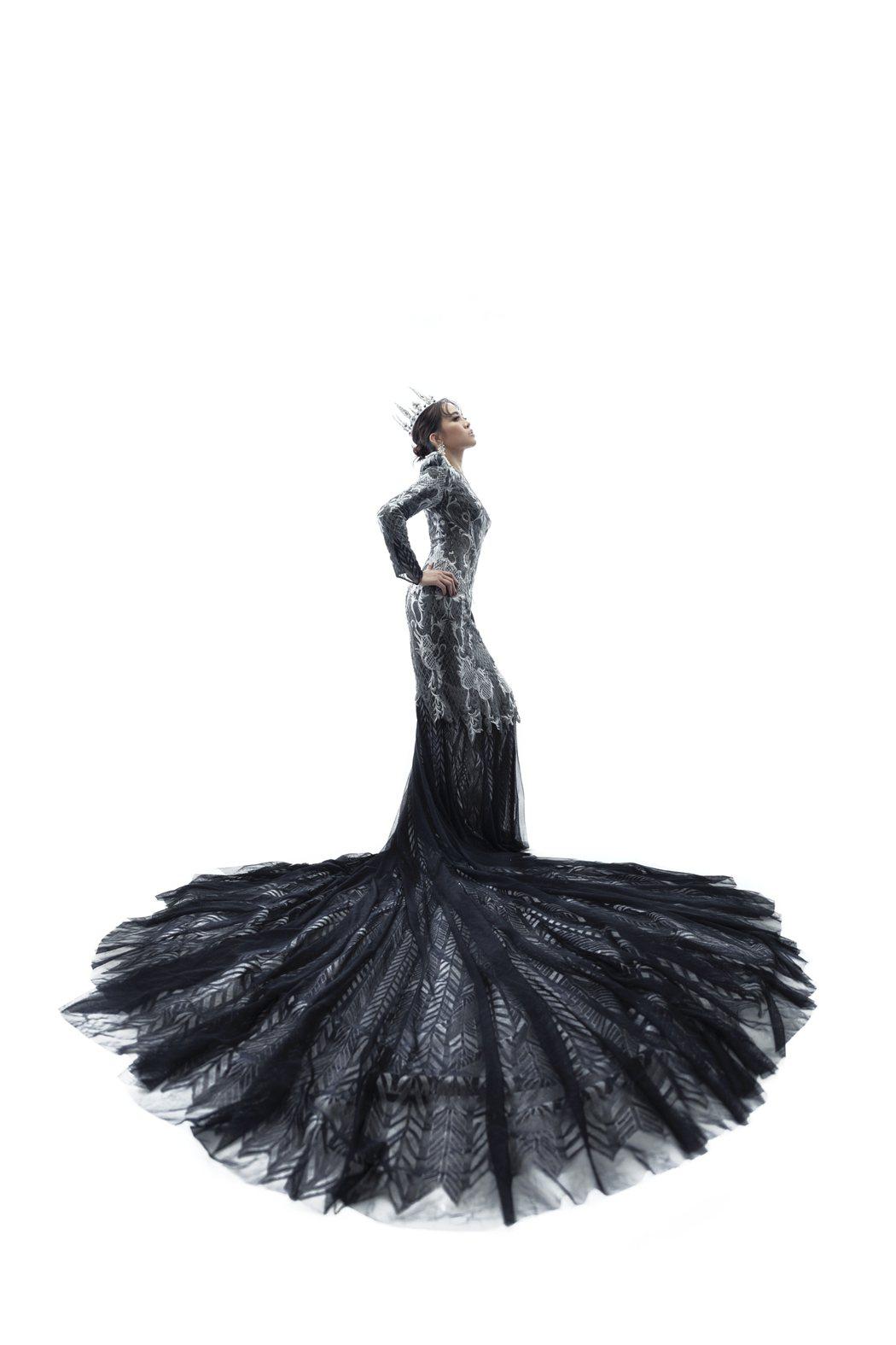 戴愛玲穿上3公尺長的灰藍色合身紗裙,曲線畢露。圖/媒體棧國際行銷提供