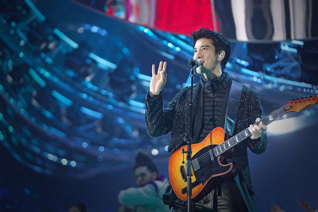 王力宏在江蘇衛視跨年晚會自彈自唱。圖/江蘇衛視提供