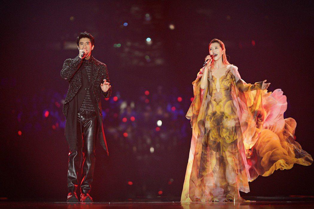 王力宏(左)與譚維維合作抖音神曲。圖/江蘇衛視提供
