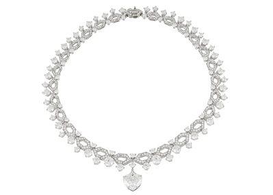 史嘉蕾喬韓森搭配寶格麗頂級鉑金鑽石項鍊,現身第77屆金球獎頒獎典禮紅毯。
