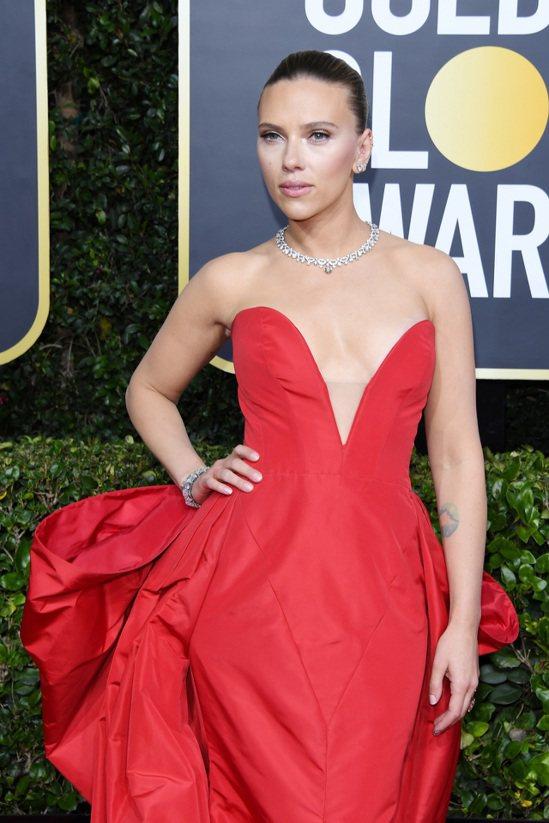 史嘉蕾喬韓森一身大紅色桃心領禮服,並靠著寶格麗的類似於頸鍊設計的頂級鉑金鑽石項鍊...
