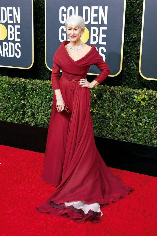海倫米蘭以性感不失優雅的胭脂紅禮服,配戴價值破億元的海瑞溫斯頓珠寶出席盛會,同樣...