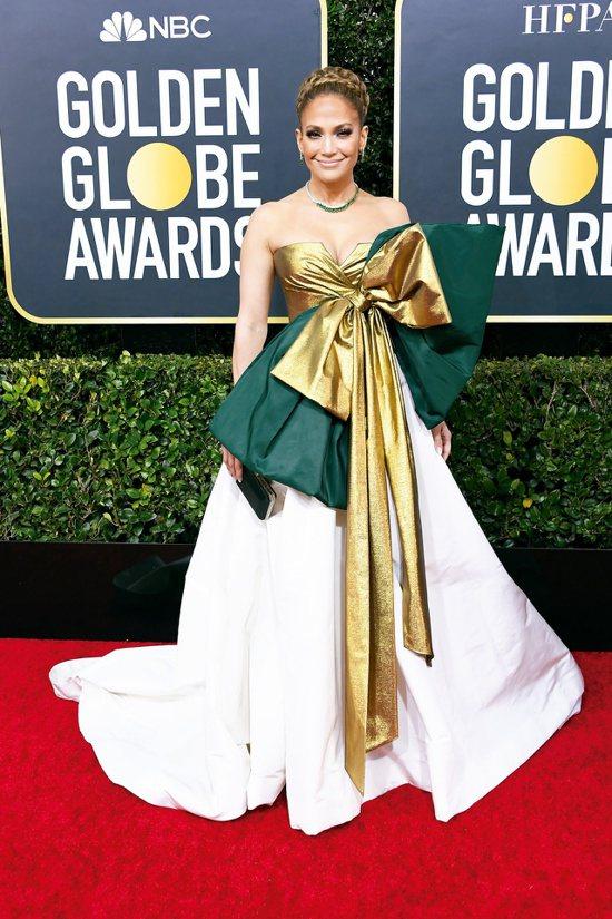 珍妮佛羅培茲以Valentino禮服搭配海瑞溫斯頓總重145克拉的哥倫比亞祖母綠...