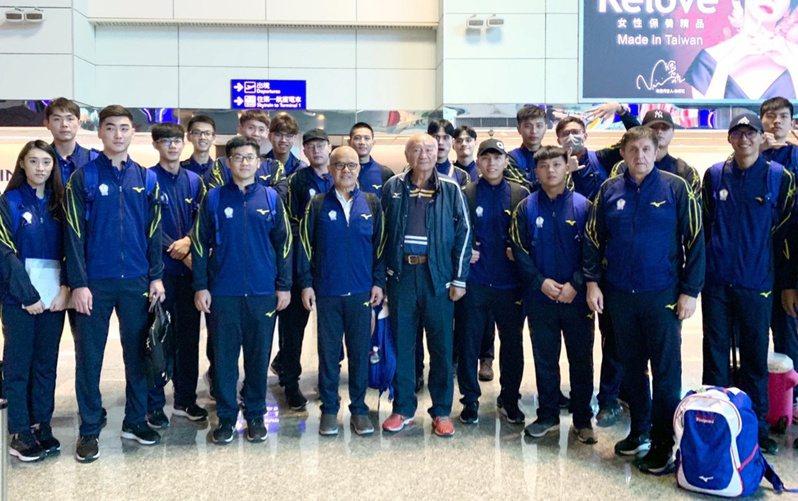 中華男排昨日出發並抵達江門市,備戰明日登場的東奧亞洲區資格賽。圖/王明浚提供