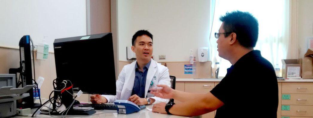 安南醫院新陳代謝科醫師陳擇穎(左),提醒甲狀腺亢進病患,應該要嚴格遵循健康減重的...