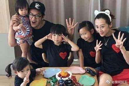 陳浩民、蔣麗莎一家六口出席活動。圖/摘自微博