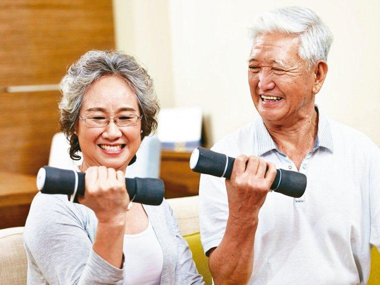 衰弱、肌少目前最有效的方式是透過飲食和運動等生活方式改善、延緩症狀。 圖╱123...