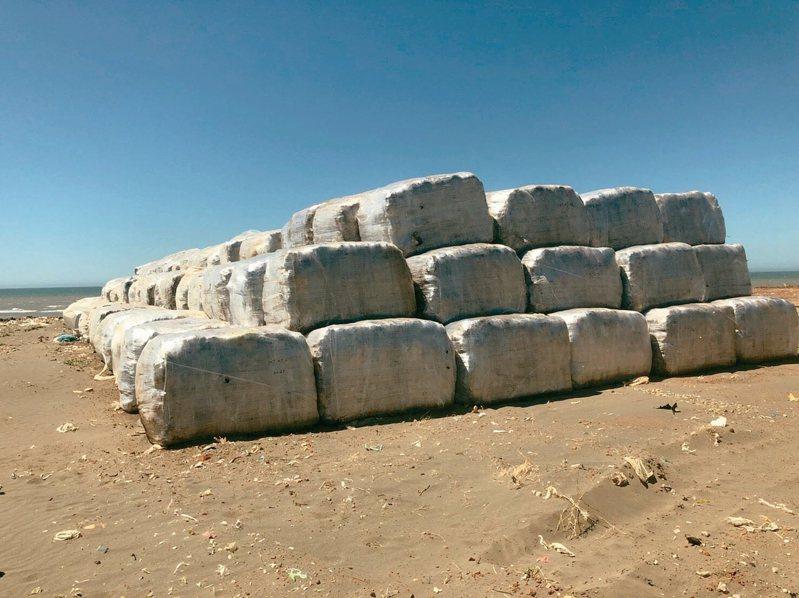 堆放在觀音的打包垃圾整齊排放暫置,環保局會再加蓋覆土防止汙染。 圖/桃園市政府環保局提供