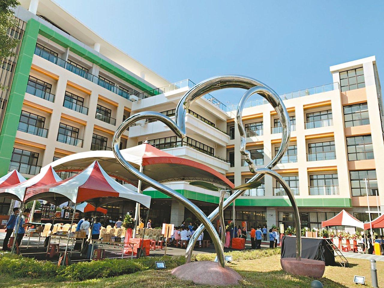 衛福部屏東醫院高齡醫學大樓昨天落成揭牌,是醫療與安養結合的範例。 記者翁禎霞/攝...