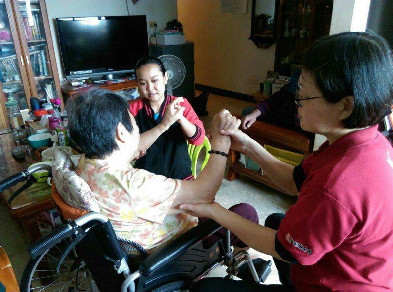 新北勞工局的「到宅指導外勞照護技巧服務」,免費教導外籍家庭看護照護技巧,提升照護的品質。 圖/新北勞工局提供