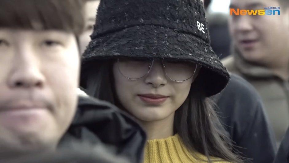 周子瑜今天被媒體捕捉到從韓國機場返回台灣的身影。圖/擷自YouTube