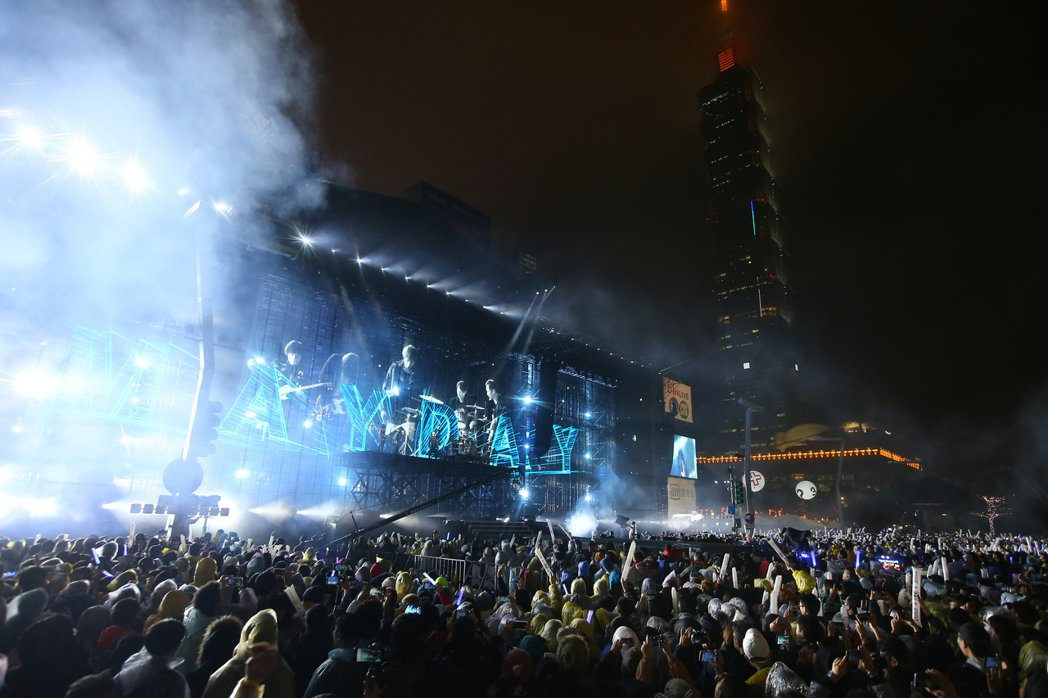 五月天跨年跑場,先在台北101熱唱開場。記者余承翰/攝影
