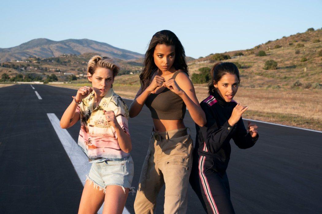 克莉絲汀史都華(左起)、艾拉巴林斯卡、娜歐蜜史考特在最新版「霹靂嬌娃」中各有不同的風情。圖/索尼提供