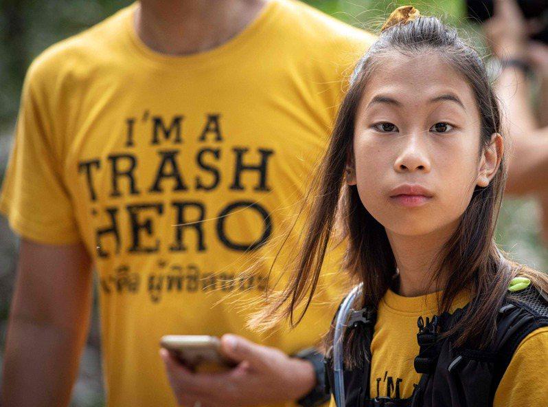 泰國版童貝里,12歲的莉莉在曼谷運河打撈塑膠垃圾。(Getty Images)