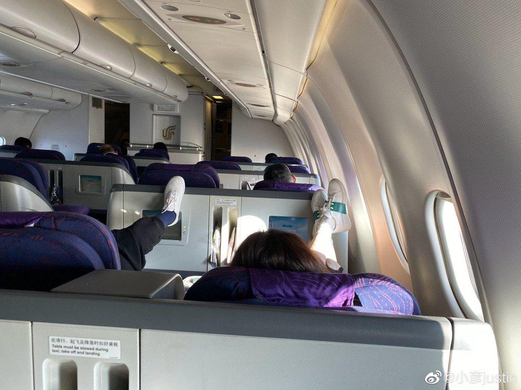 梅婷被拍到在飛機上腳踩前方座位椅背。 圖/擷自微博