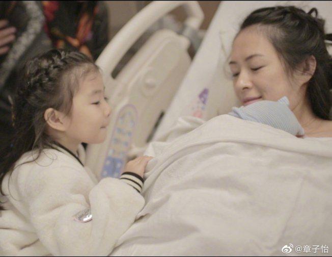 產後不久的章子怡在微博分享脹奶的痛苦。(取材自微博)