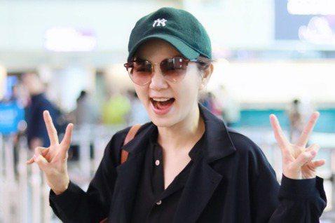 幽默又調皮的Ella對粉絲總是很親切,個性開朗的她被曝光6日現身大陸廣州高鐵站時,與粉絲互動的影片。影片中一名男粉稱讚Ella「嘉樺,妳好漂亮!」,Ella聽到了秒回「喔!這個我知道」,引起眾人歡笑...