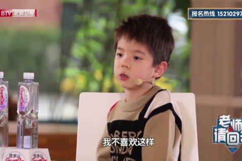 先後和爸爸杜江參加「爸爸回來了」第2季、「爸爸去哪兒」第5季,和媽媽霍思燕參加「媽媽是超人」第3季的嗯哼(杜宇麒),又萌又暖的模樣收獲大批粉絲,至今仍偶爾跟爸媽一起上節目,6歲的他談吐讓網友大讚真的...