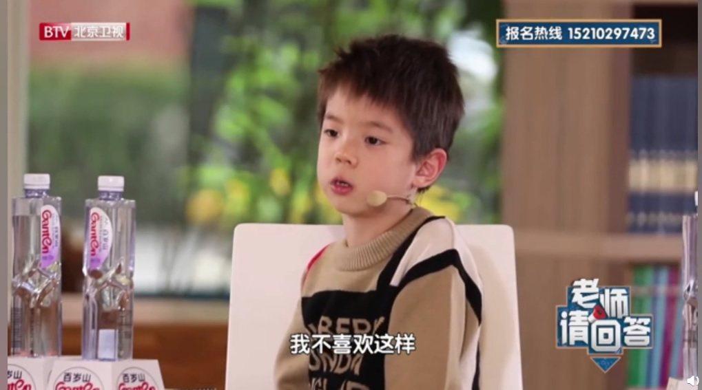 嗯哼自曝會被同學取綽號叫「肚臍眼」。圖/擷自微博