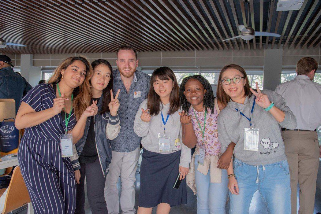 聖湯瑪士大學學生與嘉藥學生相見歡。 嘉南大學/提供