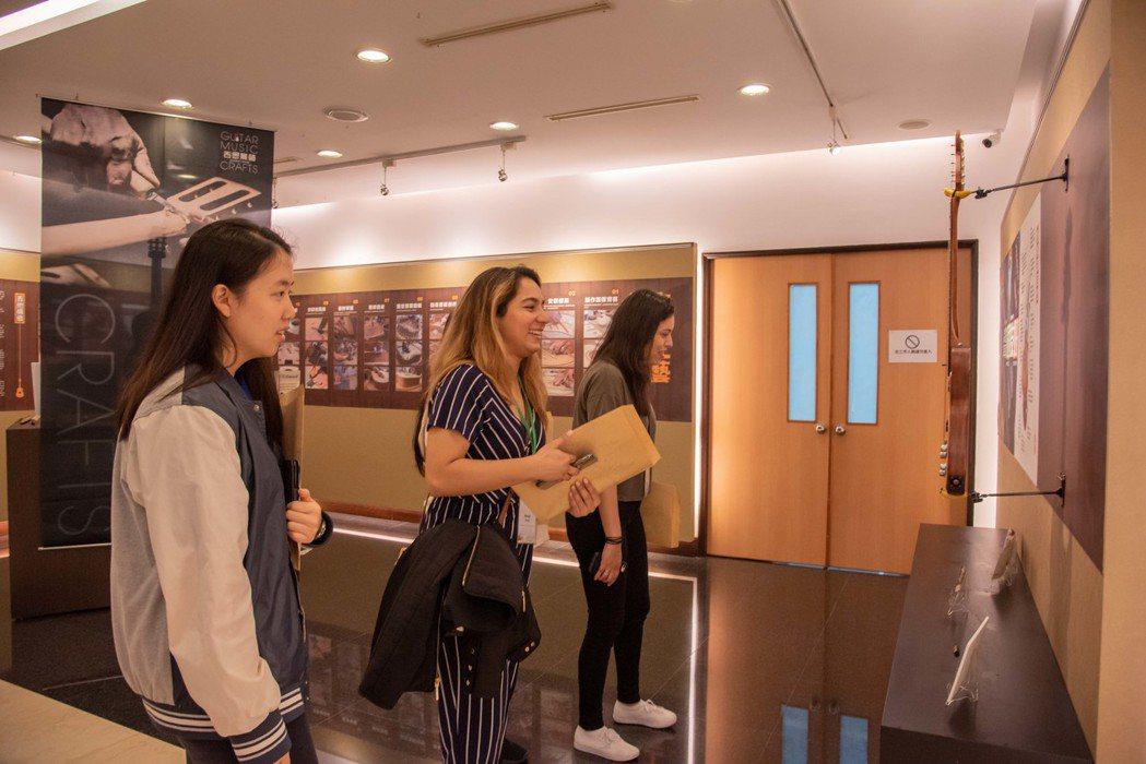 聖湯瑪士大學學生參觀嘉藥文藝館欣賞各式吉他。 嘉南大學/提供