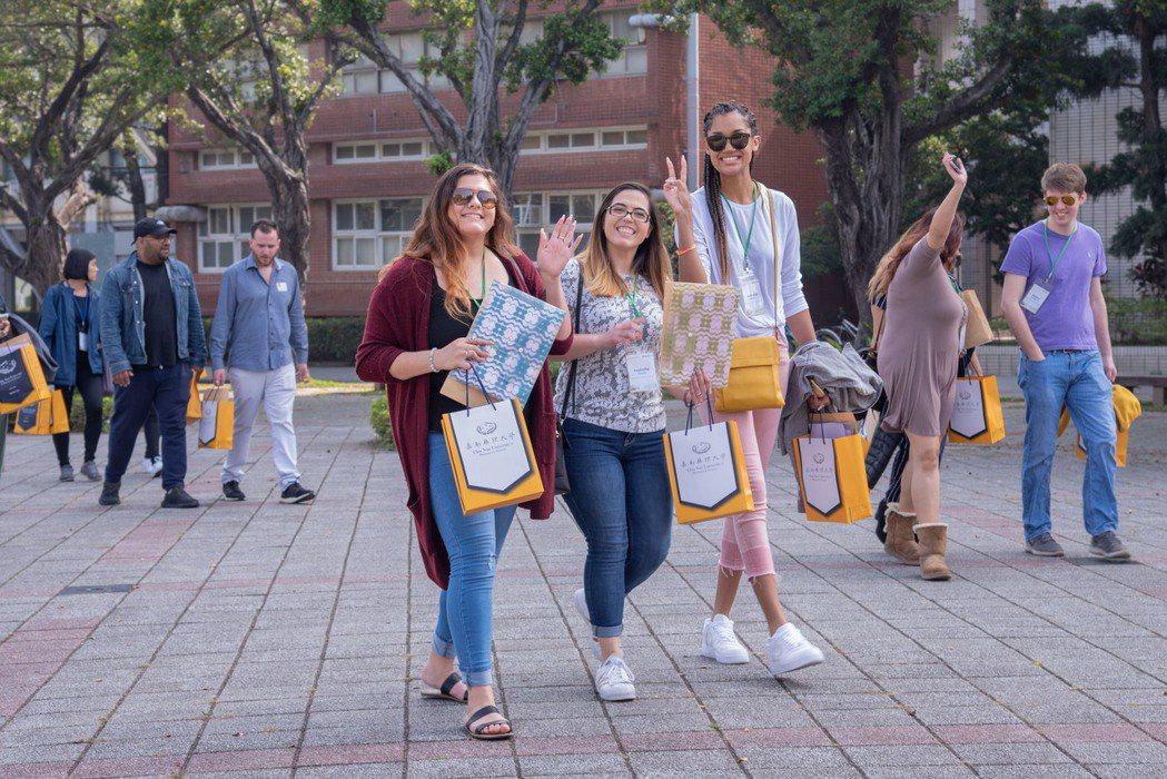 聖湯瑪士學生走在嘉藥校園體驗台灣學生生活。 嘉南大學/提供