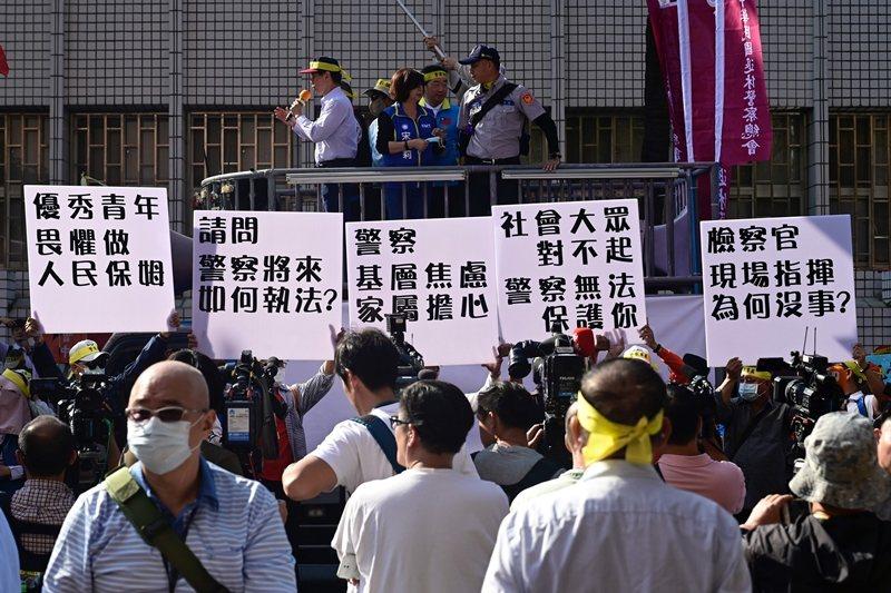 不滿太陽花國賠案判決的退休警察,前往行政院抗議。 圖/法新社