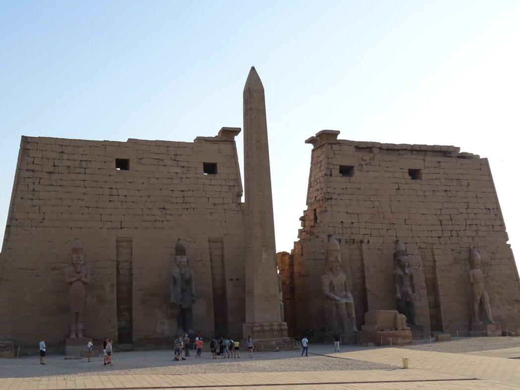 盧克索神廟前的拉美西斯二世雕像與花崗岩方尖碑