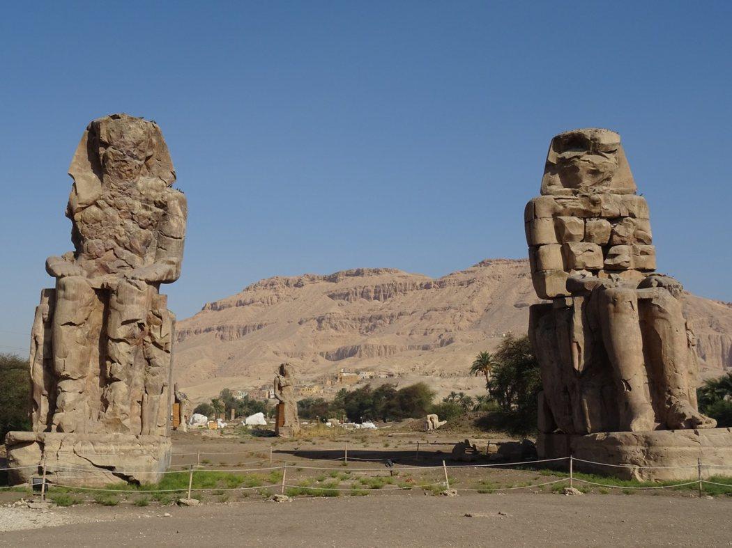 進入帝王谷前的門農巨像